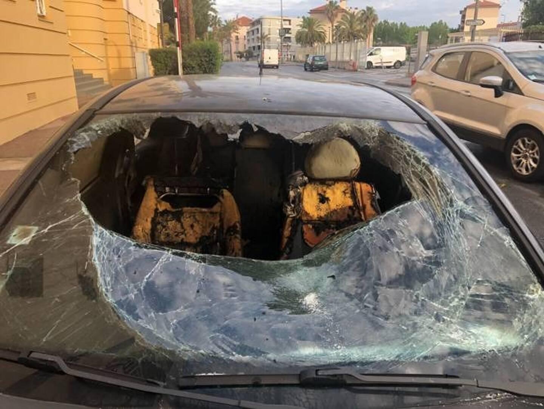 Un véhicule caillassé dans le quartier de La Gabelle.
