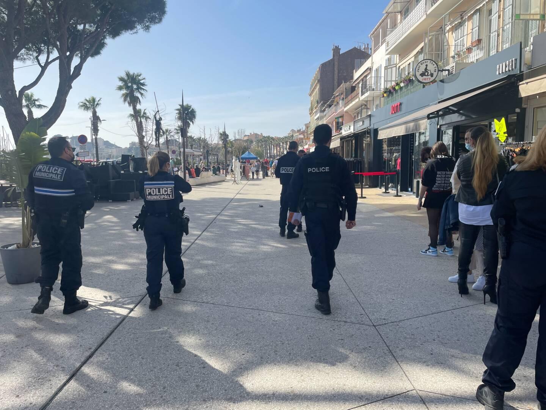 Policiers nationaux et municipaux contrôlaient sur le quai De Gaulle, à Bandol, le respect des mesures sanitaires.