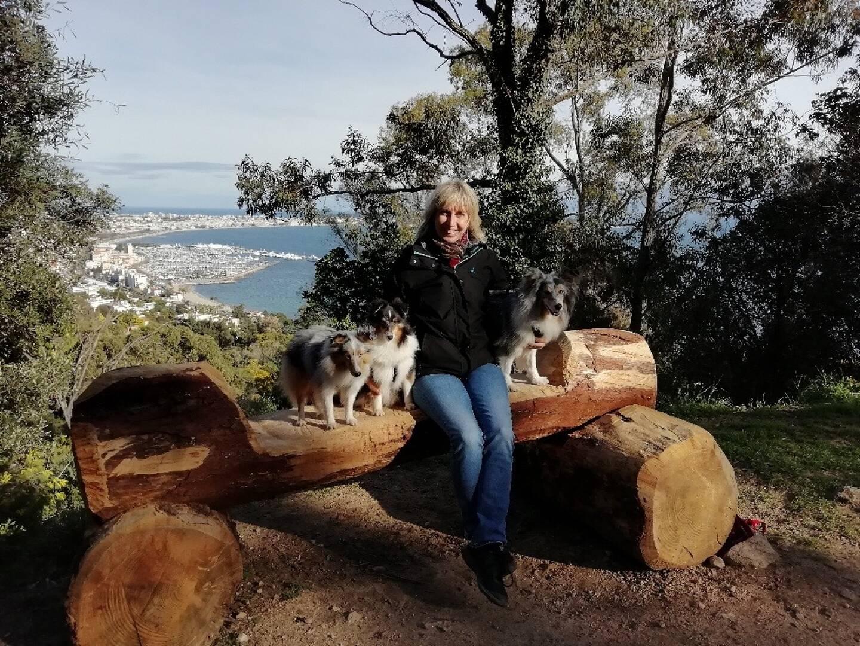 Valérie entourée de ses trois chiens lors d'une promenade.