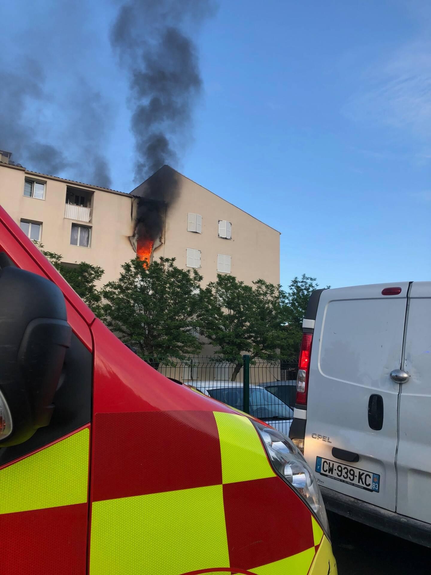 Le feu s'est déclenché au 3e étage du bâtiment B de la résidence Le Bellegou, avenue du 8 mai 1945 à Solliès-Pont.
