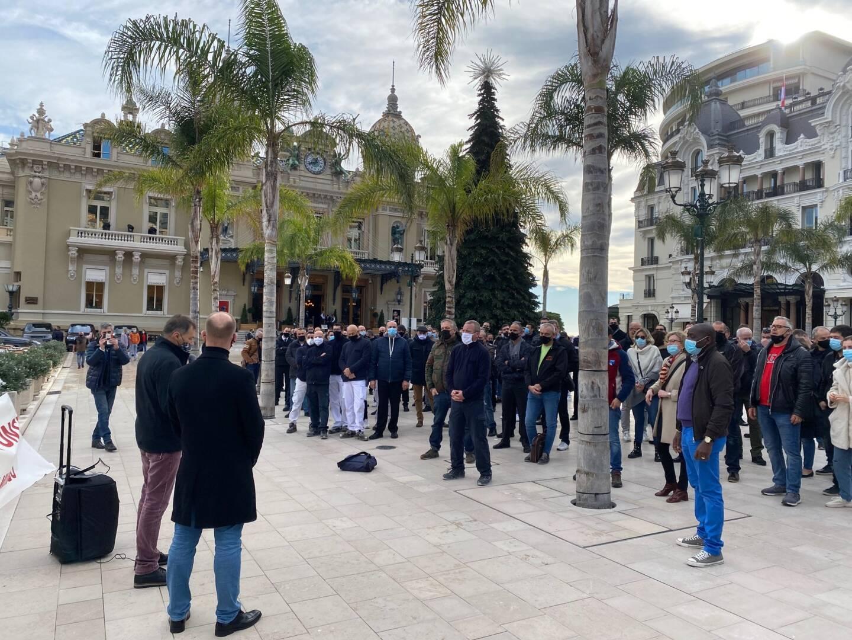 Une partie du personnel du Café de Paris s'est réuni ce lundi midi sur la place du Casino de Monte-Carlo pour dénoncer les conditions du plan de restructuration de leur employeur la Société des Bains de Mer.