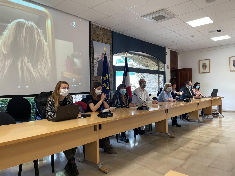 Policiers, substitut du procureur, élus locaux, associations et déléguée varoise aux droits des femmes s'étaient réunis salle du conseil à Six-Fours.