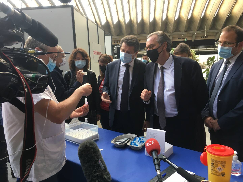 Christian Estrosi et Renaud Muselier ont visité au pas de charge, mercredi matin, le centre de vaccination du Palais des expositions à l'est de Nice.