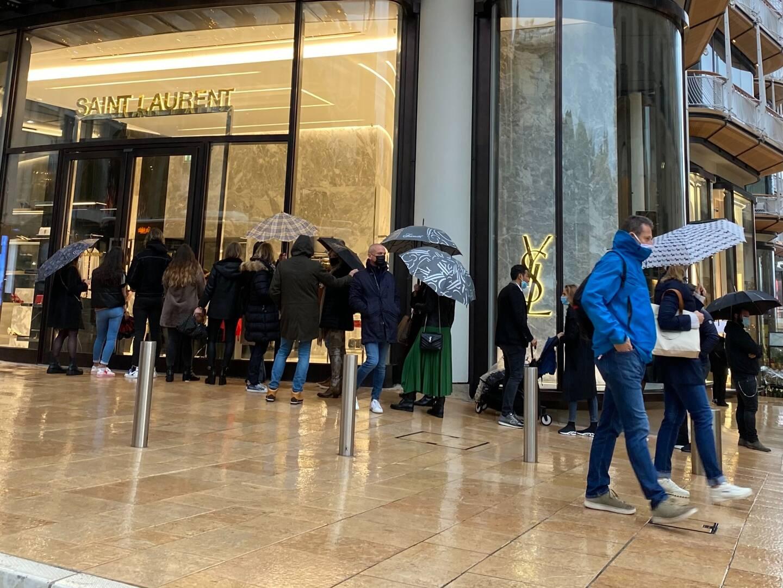 Les files d'attente devant les magasins, comme ici pour les courses de Noël, pourront être dispersées pour éviter des conditions favorables à la circulation du virus.