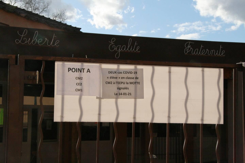 Un affichage pour les parents est placé à l'entrée de l'établissement.