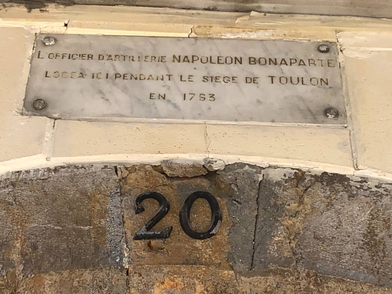 Une discrète plaque en marbre marque le passage de Napoléon Bonaparte