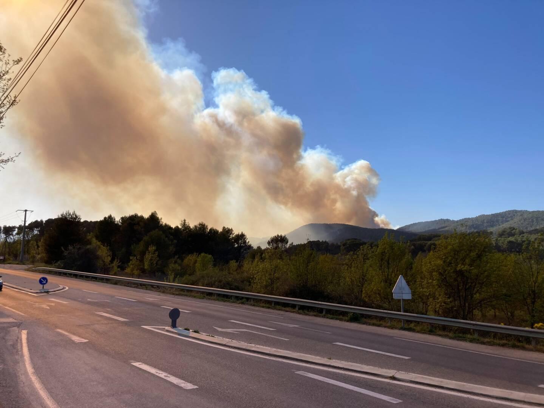 Le panache de ce violent incendie est visible dans le département du Var limitrophe, depuis Saint-Zacharie et Plan d'Aups, notamment.