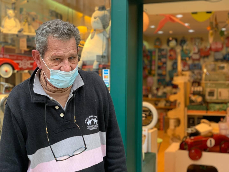 Sur la place du Marché, à Draguignan, Antoine Jahan, le patron de L'Arbre à jouets, est ravi de la réfection de l'espace sur lequel donne sa boutique.