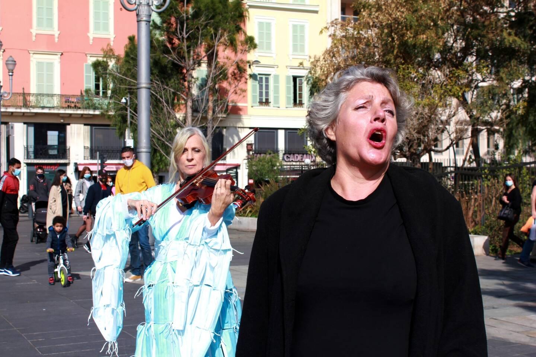 """La soprano Diane Frémaux et la violoniste Marie-Caroline Regottaz ont livré une courte performance, autour de la structure """"Carnavalovirus"""""""