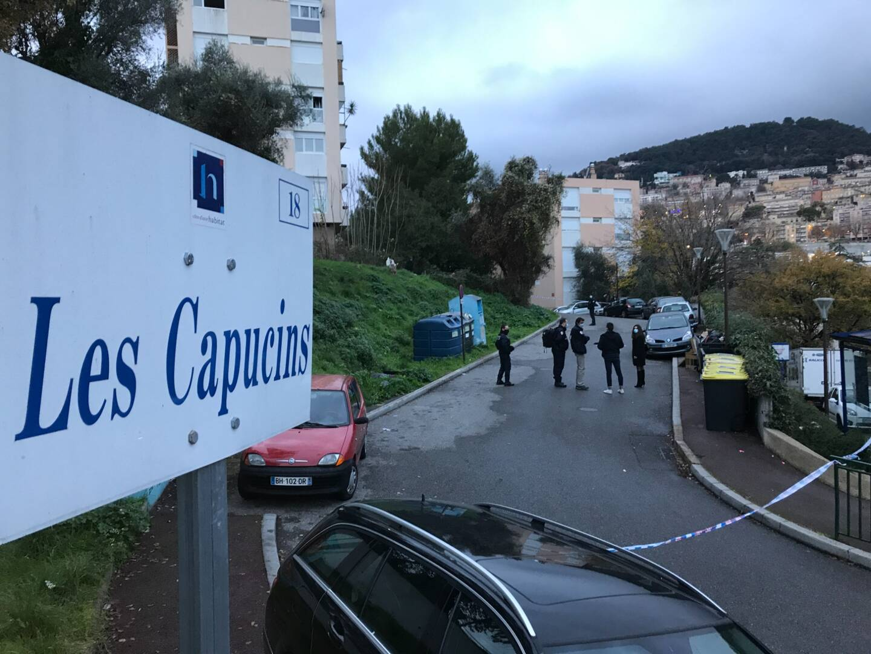 Des coups de feu ont été entendus et un homme a été retrouvé dans l'allée menant vers son domicile, chemin des Capucins, non loin de la gare SNCF de Grasse, touché par balle à la tête et à l'épaule.