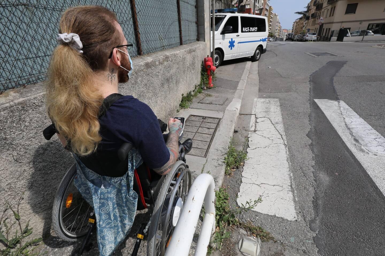 Trottoirs abîmés, trop serrés ou carrément bloqués par des véhicules... Être en fauteuil roulant relève parfois du parcours du combattant.