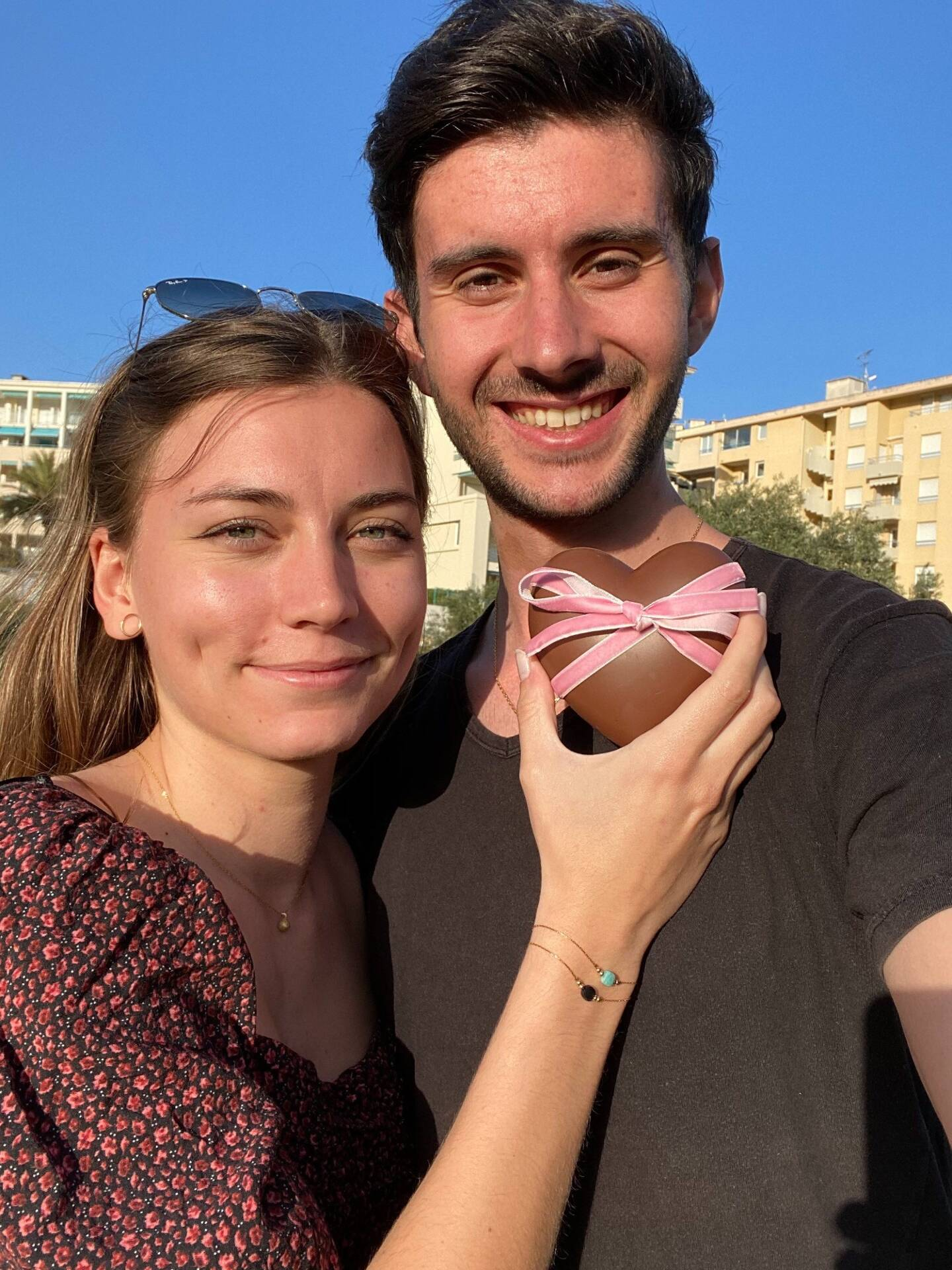 Un cœur joliment enrubanné renfermant dans ses deux coques, un bracelet raffiné agrémenté d'une pierre. Une idée signée Eva Guillotin et Benjamin Liégeois.