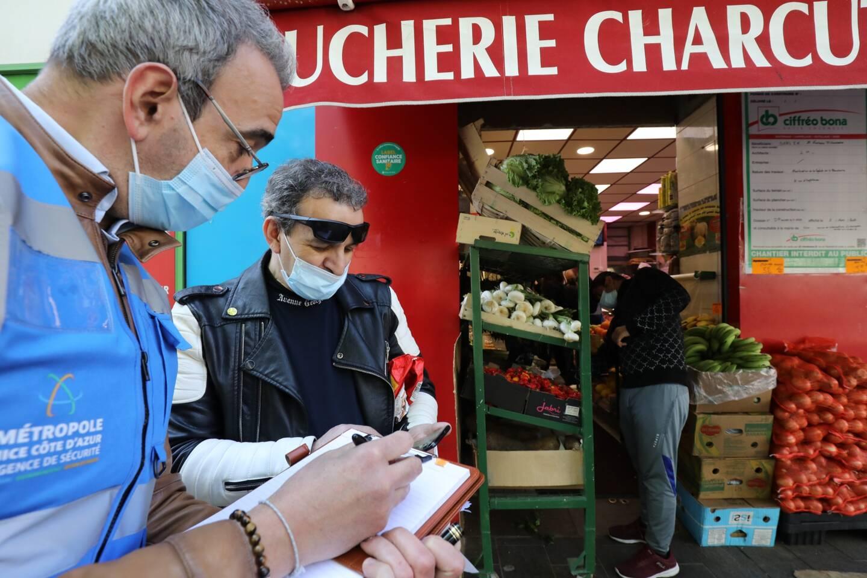 """Des équipes d'agents de la Métropole en maraude devant la boucherie """"Islam Viande"""", avant sa fermeture, pour inciter à la vaccination."""
