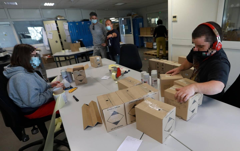 Ce jour-là dans l'atelier de conditionnement, les travailleurs assemblaient des coffrets d'épicerie fine pour la société Savor & Sens, de Signes.