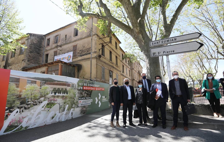Devant le collège Liberté qui sera bientôt détruit, le maire Didier Brémond (en chemine blanche) prend la pose avec les autres acteurs du projet maous.