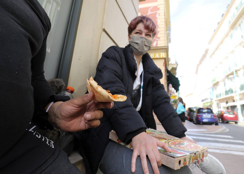 Dans la rue Partouneaux, les étudiants se joignent à un groupe de personnes sans-abri sur les marches.
