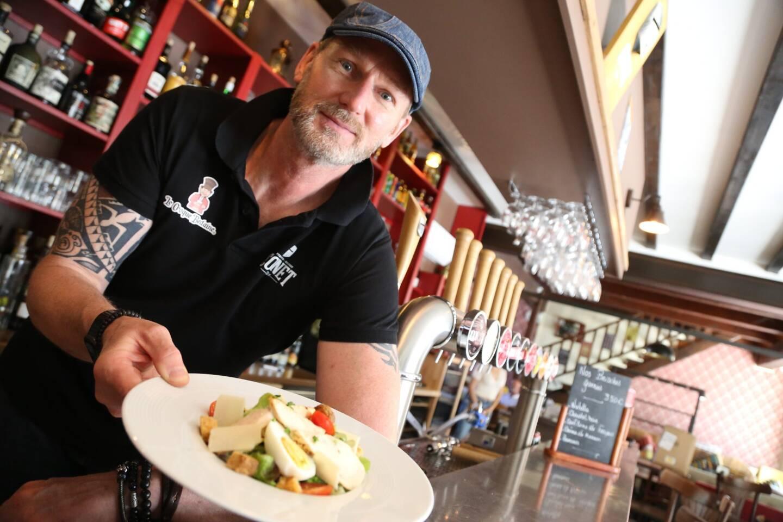 Denis Schott, propriétaire du Croque bedaine, présente son plat du jour.