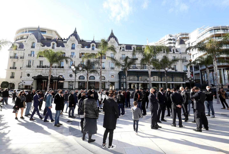 À la mi-journée ce mardi, une soixantaine de salariés du palace se sont retrouvés sur la place du Casino, devant l'établissement, pour manifester leur mécontentement face au plan de restructuration de la société.