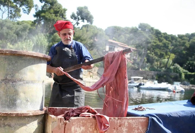"""René Astier adorait transmettre son savoir comme ici au port du Niel en 2013 avec la """"tencho"""", la teinture des filets, voiles et nasses à l'aide d'une décoction d'écorces."""