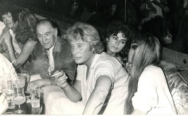 À la terrasse du Gorille sur le port de Saint-Tropez en 1982, en marge du tournage du Gendarme et des Gendarmettes, premier rôle au cinéma de Babeth.