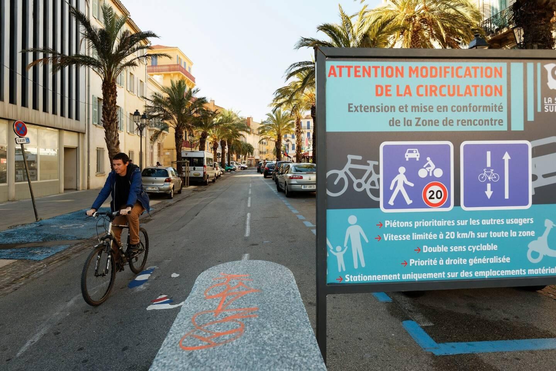 """En 2016, la précédente municipalité avait développé les """"zones de rencontre"""" afin de favoriser cyclistes et piétons dans une partie du centre. Mi-février, une expérience de piétonnisation sera lancée."""