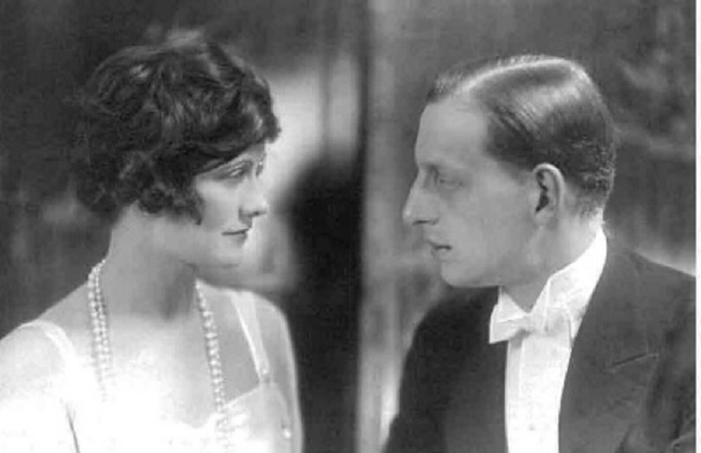 """Le N°5 est né de la rencontre entre Gabrielle """"Coco"""" Chanel et Ernest Beaux. Une collaboration qui se poursuivra durant de très longues années, débouchant sur d'autres créations: le N°22 (1922), Cuir de Russie (1924), Gardénia (1925), Bois des Îles (1926) ou encore Mademoiselle Chanel N°1 (1946)."""