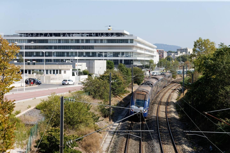 La future gare se situera au niveau de l'hôpital de Sainte-Musse, juste en dessous de la passerelle autoroutière.