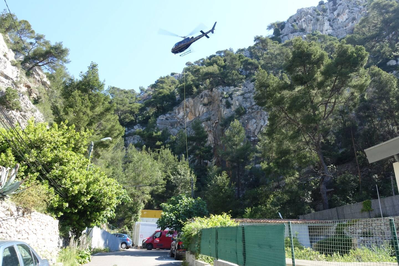 Une partie des travaux de confortement nécessitent le concours d'un hélicoptère.