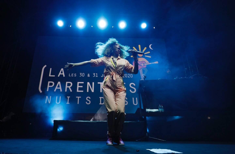 """L'artiste brésilienne Flavia Coelho sur la scène de """"la Parenthèse Nuits du Sud, le 30 juillet."""