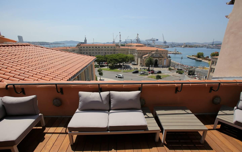 Terrasse de l'Eautel, dans la vieille ville de Toulon, donnant sur le port.