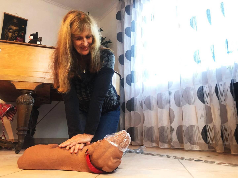 Jacinthe Milano apprend aux stagiaires comment pratiquer un massage cardiaque sur Oscar, son mannequin canin.