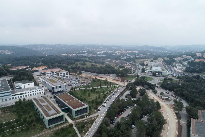 Le site polytech situé route des Colles à Sophia Antipolis propose différentes formations pour obtenir des diplômes d'ingénieur (bâtiments, électronique...)