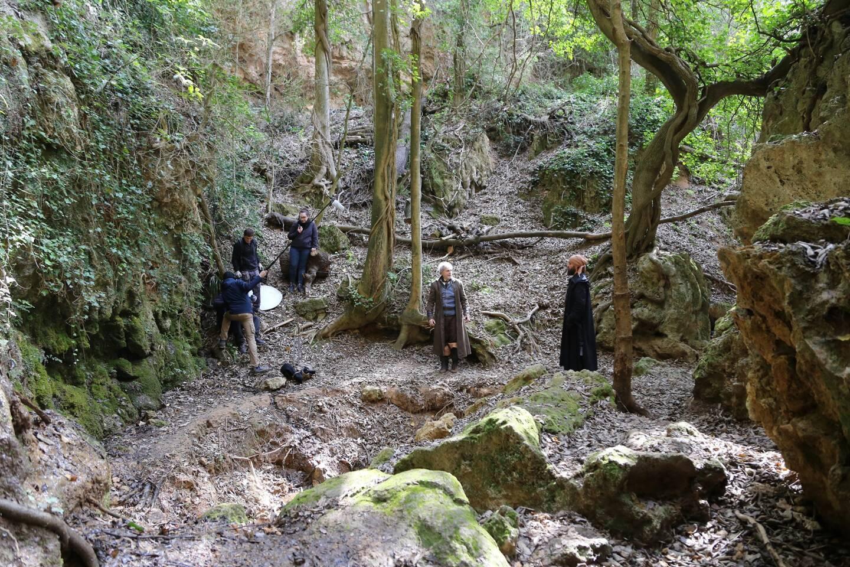 L'équipe du tournage en plein travail dans un décor naturel. En bas, la scène de combat se poursuit au sabre et le réalisateur aux commandes.