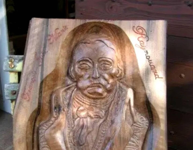 Michel Dutto, ébéniste de métier, a offert au musée de Brignoles en 2016 lors des journées du patrimoine, le buste de Raynouard sculpté sur bois de noyer.