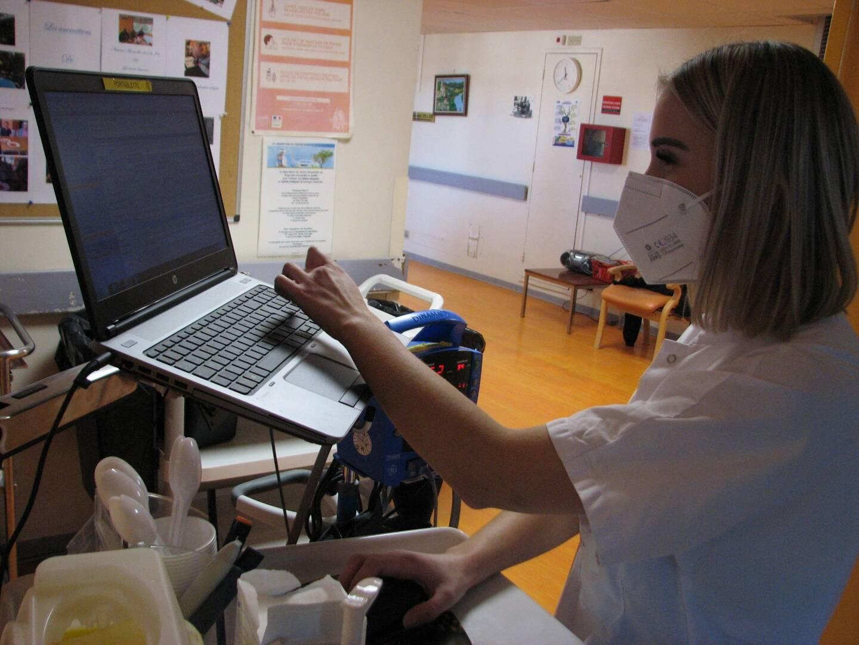 Saisie des informations de suivi dans les terminaux de l'hôpital, avant transmission aux services nationaux.