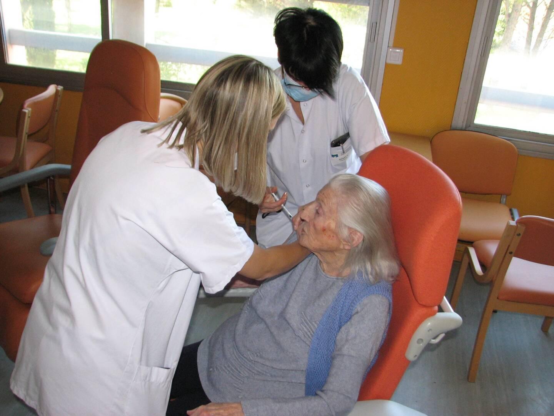 Lucienne, l'une des cinq premières personnes vaccinées résidant à l'Ehpad brignolais.