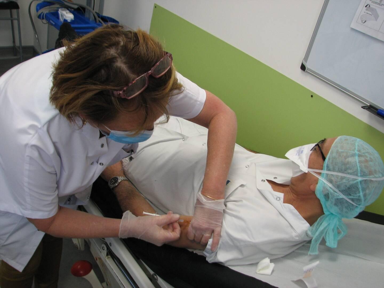 Albert Abitbol, chef du pôle chirurgie de l'hôpital de Brignoles, s'est porté volontaire pour être parmi les premiers soignants à recevoir une injection.