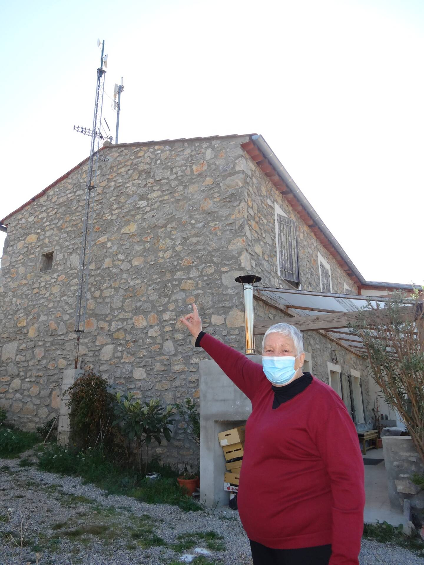 La maison d'Angèle disposait déjà d'un pylône radio, sur lequel est venue s'ajouter l'antenne de VarTHD, habituellement plus discrète