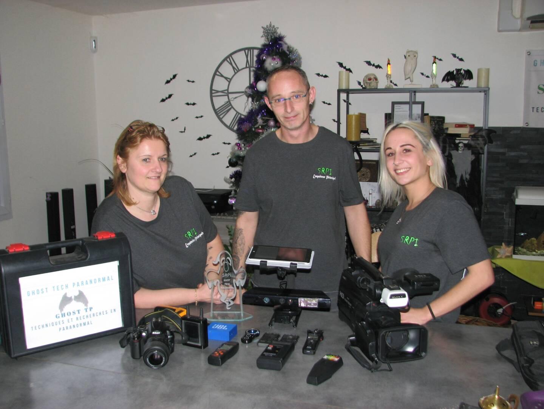 """""""Désolés : on n'a pas de canons laser comme les Ghostbusters."""" Viviane, Patrick et Carla, de SRPI ghost tech paranormal, enquêtent bénévolement partout où on les sollicite"""
