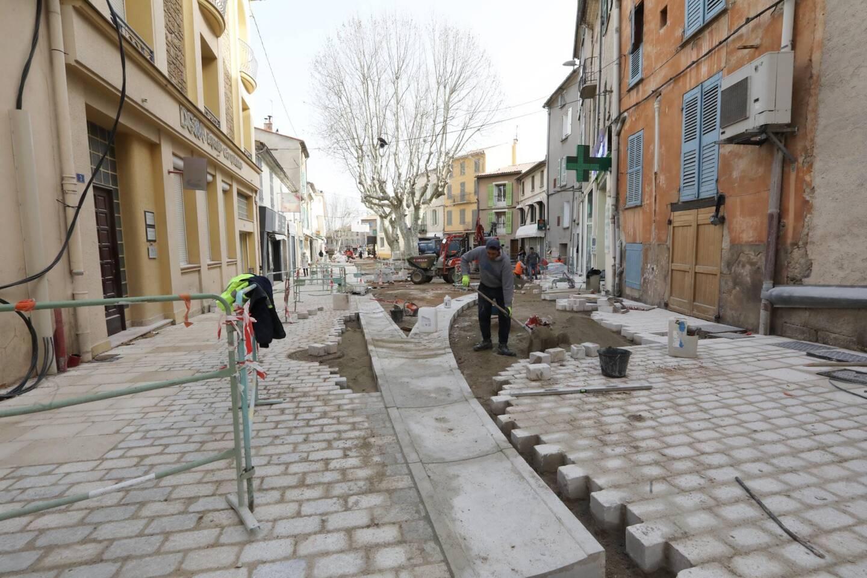Place du 8-Mai, les piétons circulent à gauche, entre le mur et les barrières, ou sur des passerelles de fortune pour traverser. Tout devrait être prêt courant mai.
