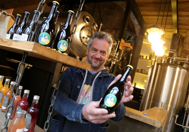 Renaud Hecq, brasseur, présente sa nouvelle création: la Mimotep, une bière... au mimosa!