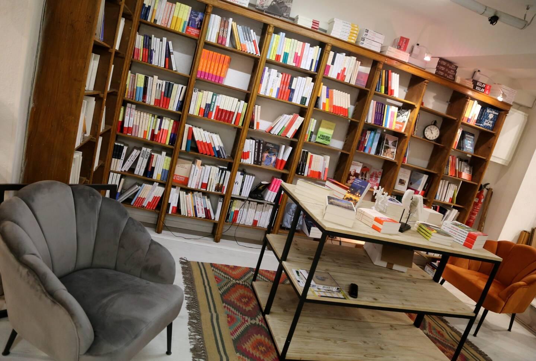 Ambiance chaleureuse dans ce lieu dédié aux livres.