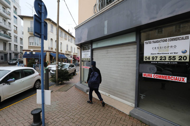 """Dans l'hyper centre de Cagnes, ici au 2 rue Auguste Renoir, l'ancienne boutique de prêt-à-porter """"Cache-Cache"""" a fermé. Ces fermetures se font-elles au profit du commerce alimentaire?"""