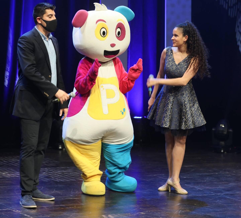 Anthony Aguilar (à gauche) et Cerise Calixte (à droite) entourent la mascotte de TV Pitchoun pour animer l'émission de fin d'année.