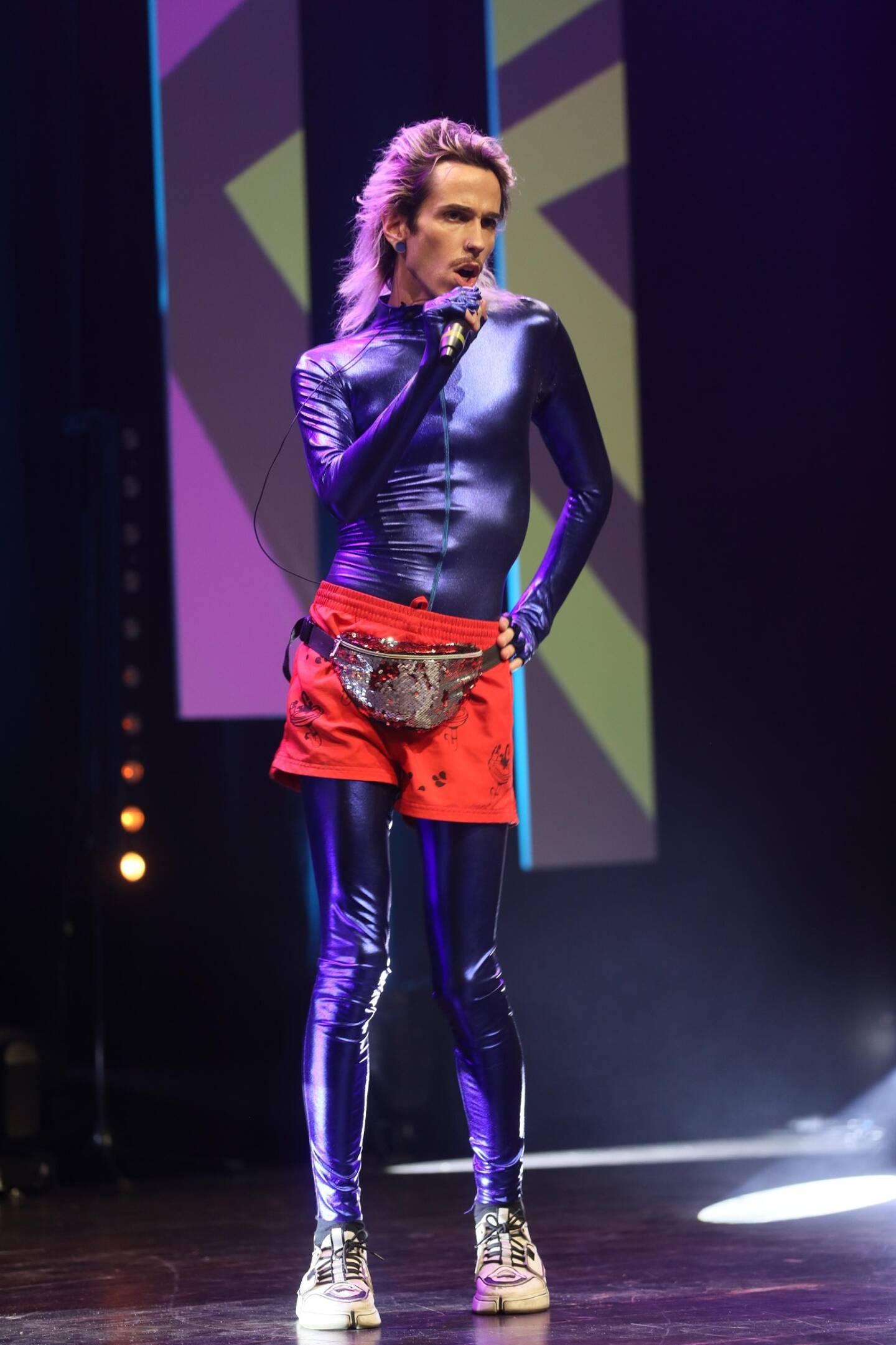 Le chanteur et performeur Téo Lavabo est venue chanter Chipolata, le titre qui a fait le buzz dans l'émission La France a un Incroyable Talent.