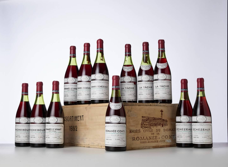 Douze bouteilles 1982, domaine de la Romanée-Conti, estimé à 20 000 €. En haut à droite, un jéroboam de Château Mouton Rothschild 2000, estimé à 12 000 euros.