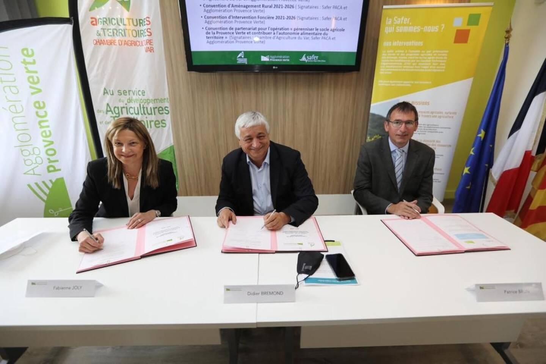 Signature de plusieurs conventions relatives à l'agriculture sur le territoire pour la Présidente de la Chambre d'Agriculture du Var, le Président de l'agglomérat