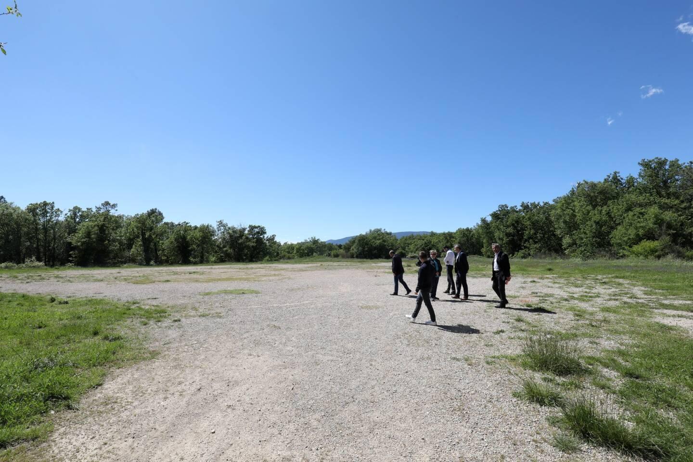 Le terrain jouxtant le collège Léonard-de-Vinci était censé accueillir le futur lycée.