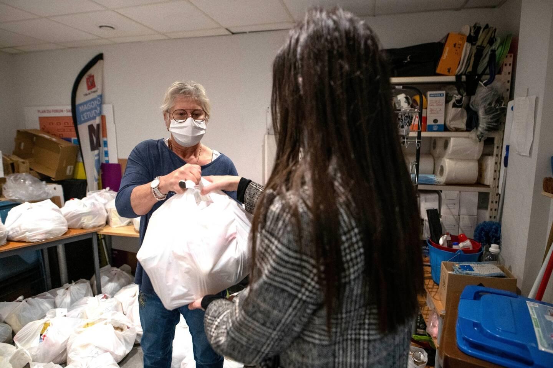 Les premiers colis alimentaires ont été remis aux étudiants, ce lundi, par Corinne Jeronne, directrice de la Maison des étudiants.