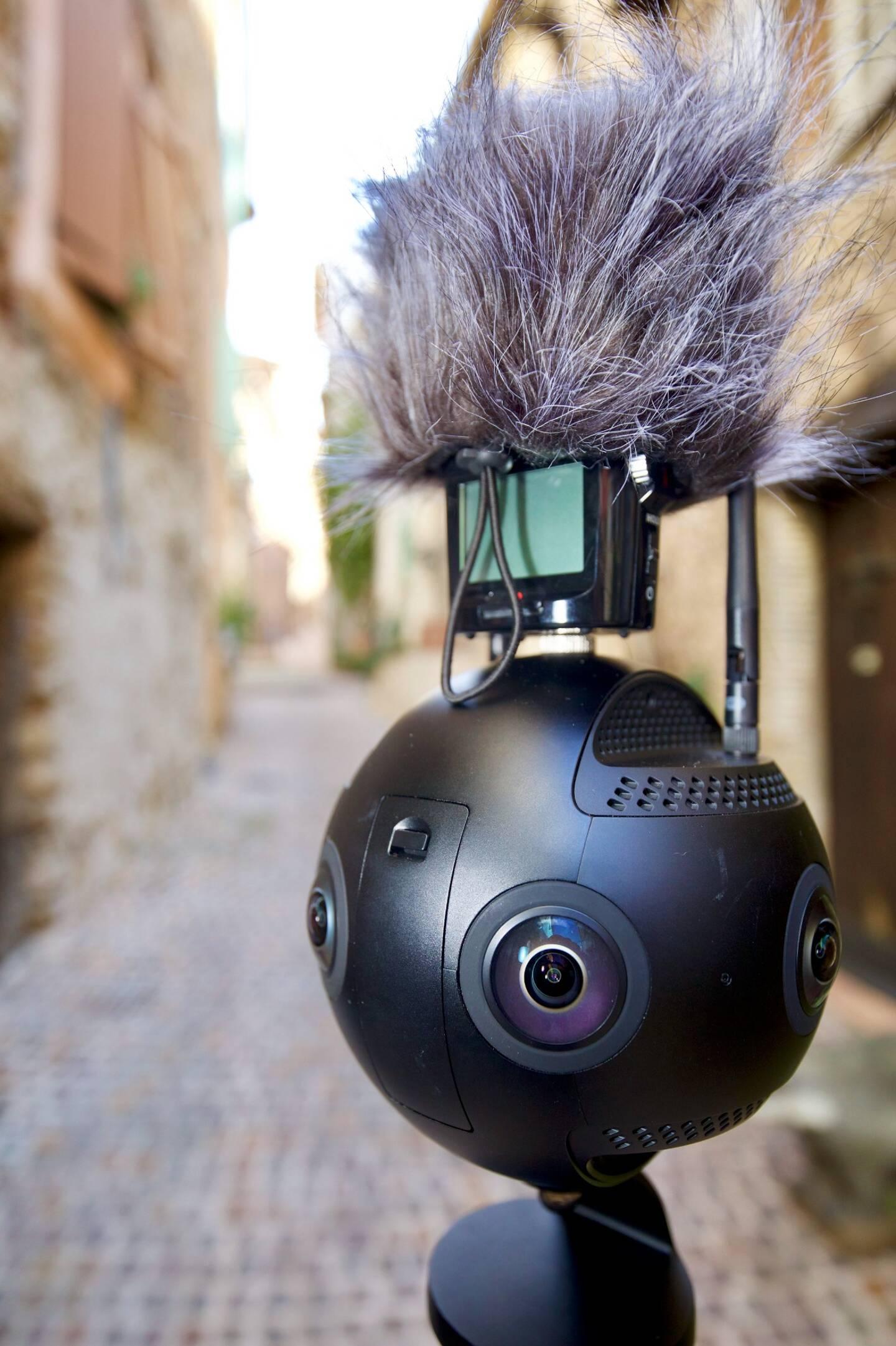L'outil clé qui permet à Philippe Schneider et Christian Bascio de créer leurs vidéos 3D est Charlie, la caméra 3D Insta 360 Pro 2 Tournage en 8K et en stéréo 3D.